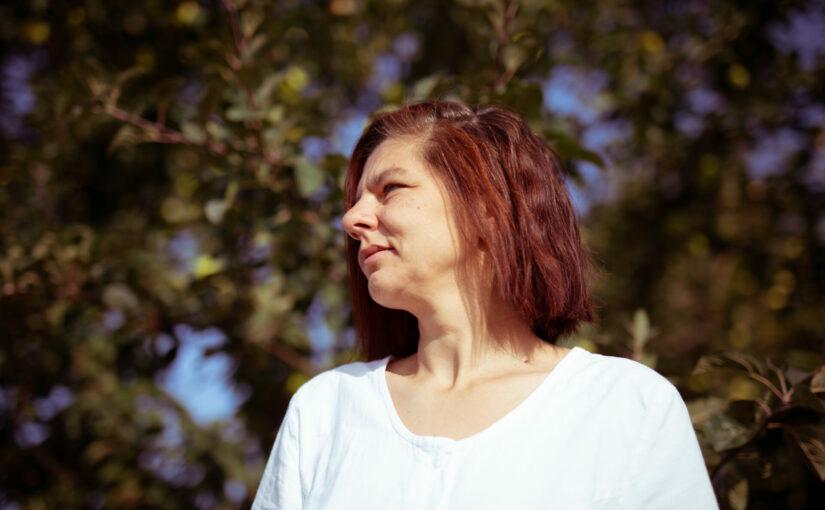 Lela Finkbeiner, in die Ferne schauend